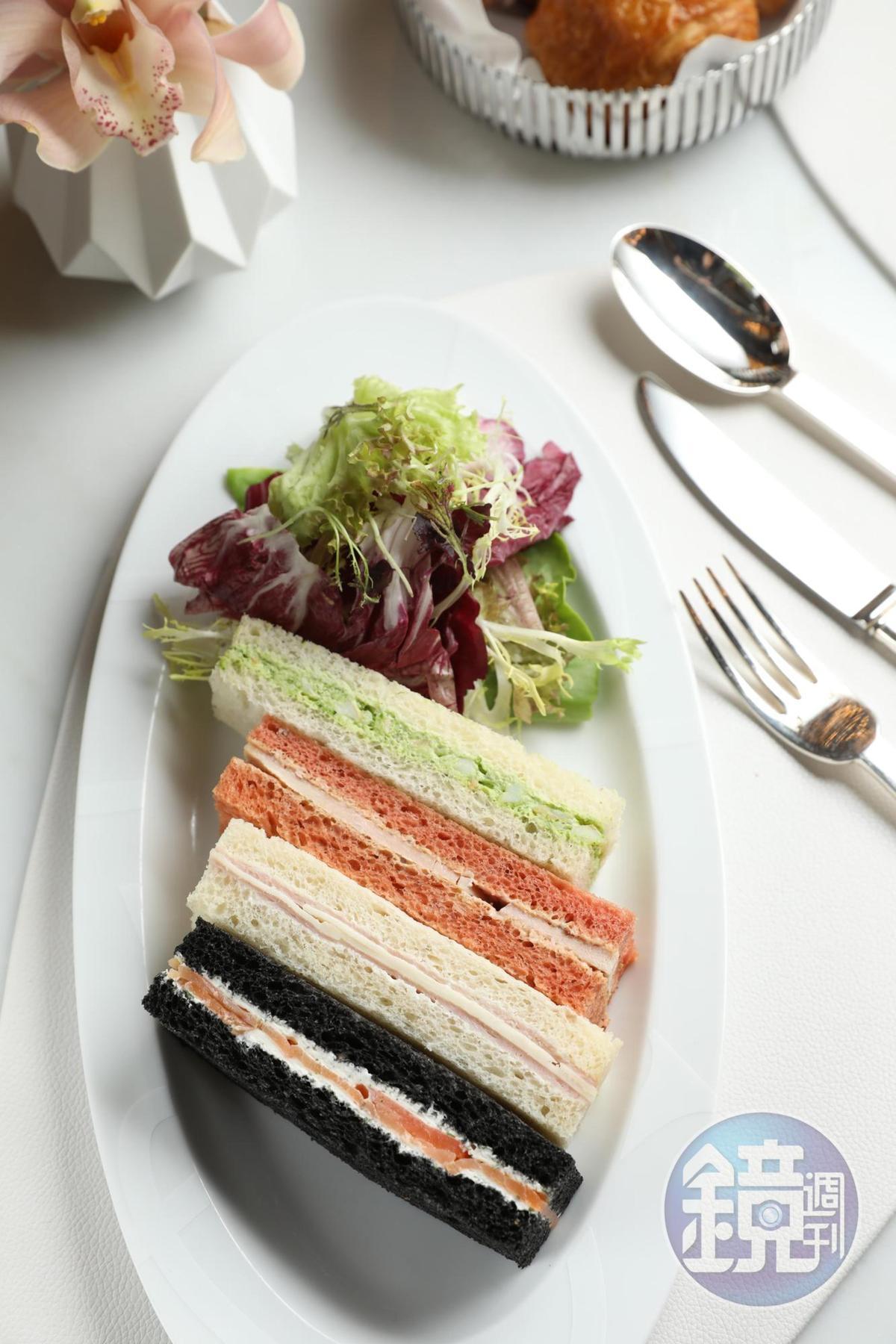 專為摩珀斯設計的「手指三明治」,共有雞肉、蝦仁、煙燻鮭魚、火腿乳酪等4種口味組合。(澳門幣138元/份,約NT$524)