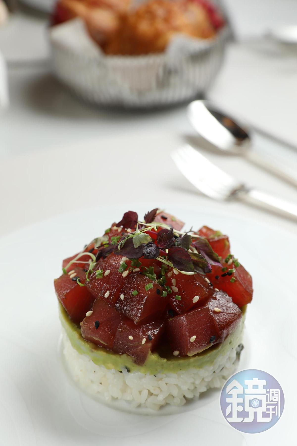 在略微醃漬的鮪魚塊與日本米飯之間,夾入一層酪梨果泥的「鮪魚丼」,是非常清爽的午餐選擇。(澳門幣168元/份,約NT$638)