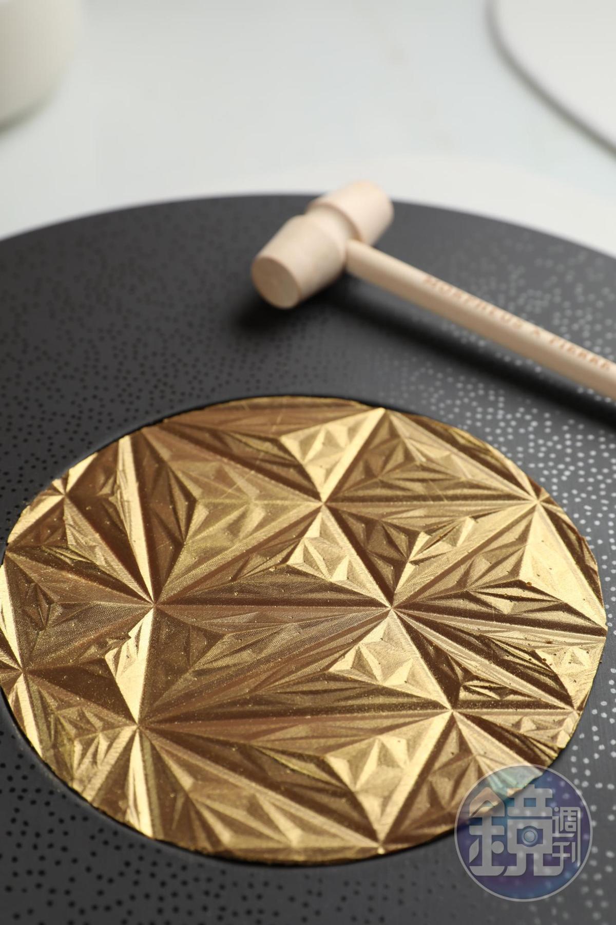 獨家甜點「Morpheus Gold Plaisir Sucré」,在金色巧克力片印上摩珀斯獨家圖形,打碎後才可嘗到隱藏的牛奶巧克力、榛子蛋糕、果仁。(澳門幣158元/份,約NT$604)