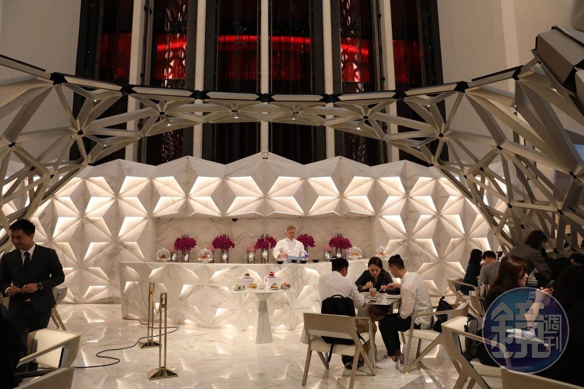Pierre Hermé Lounge的吧台與桌子皆以仿白巧克力的大理石打造。