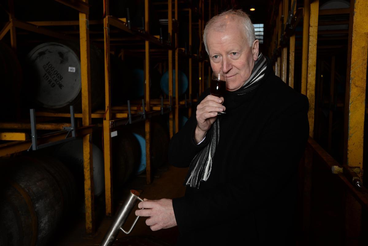 Billy Walker每日穿梭在16個酒窖間,對酒桶進行抽樣。(常瑞提供)