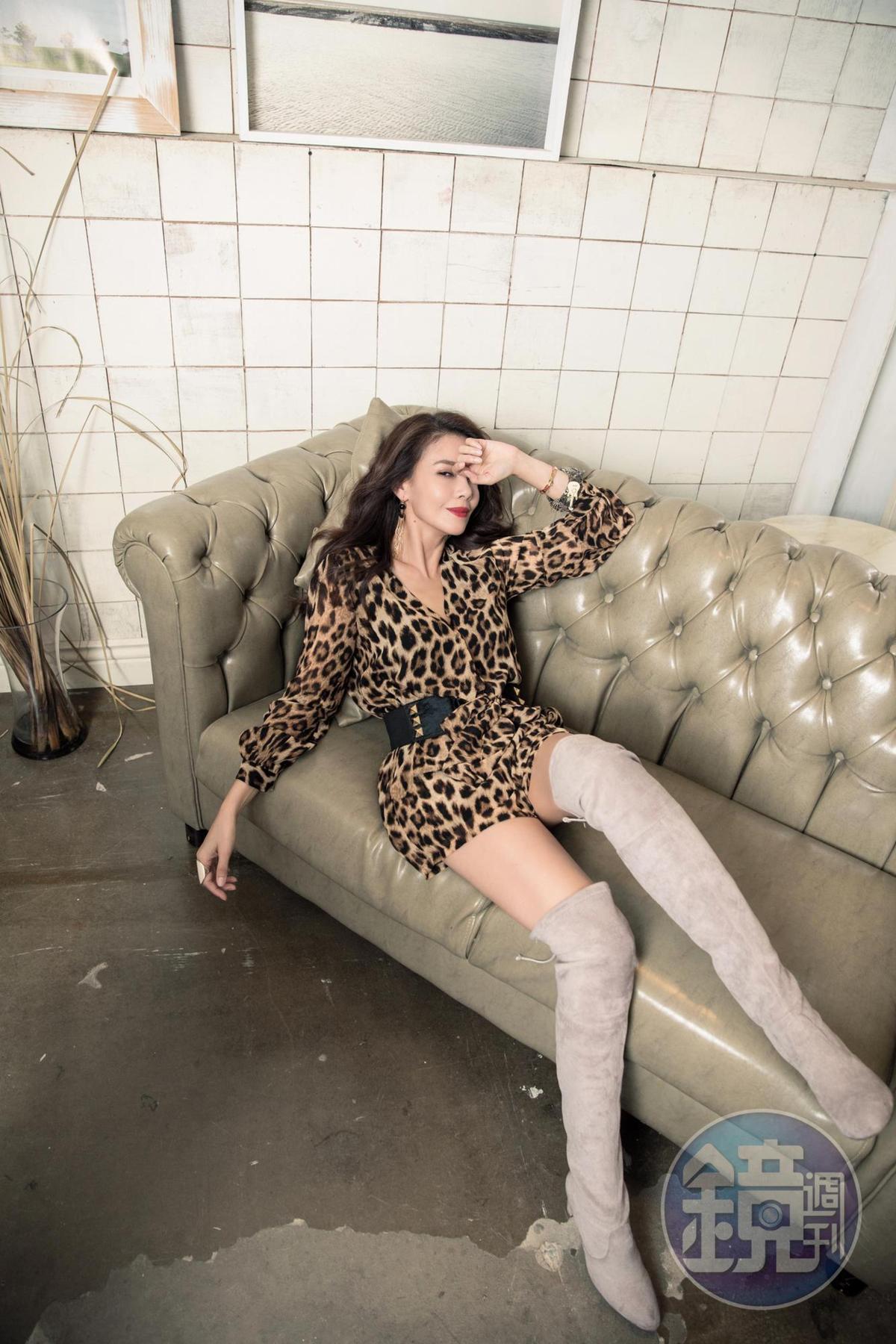 歐洲買的豹紋褲裝,約NT$2,600/歐洲買的過膝長靴,約NT$8,000/ALDO戒指,約NT$600。