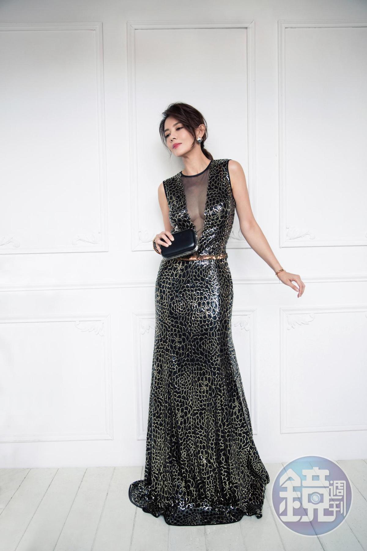 台灣設計師品牌GOJI LIN林國基的深V長禮服,約NT$69,800/Galtiscopio硬殼手拿包,NT$21,800。