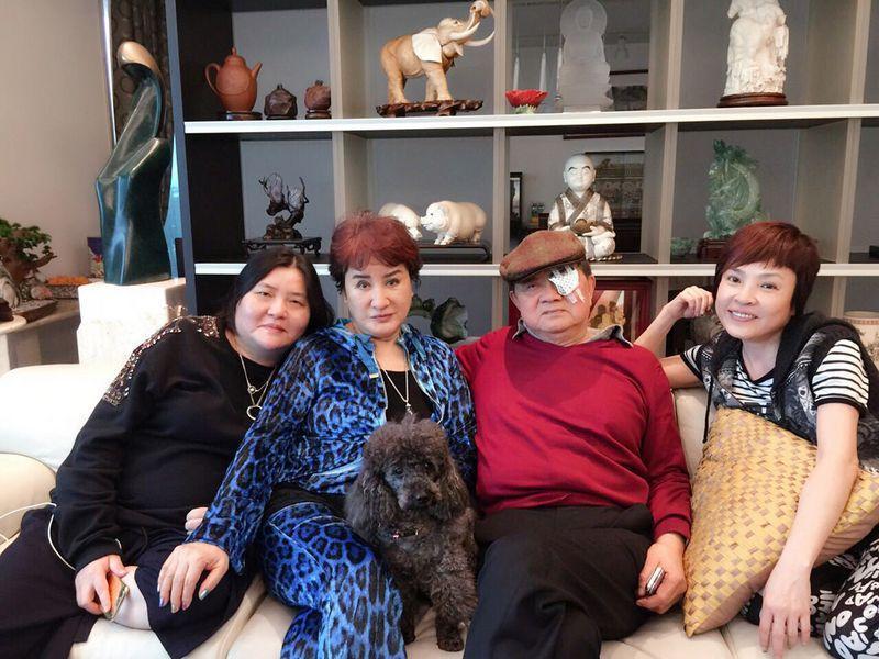 2016年歌仔戲天王楊麗花(左2)與丈夫洪文棟(右2)曾傳分產婚變,圖為導演邱瓈寬(左)提供的合照。(翻攝自Chiu Kwan臉書)