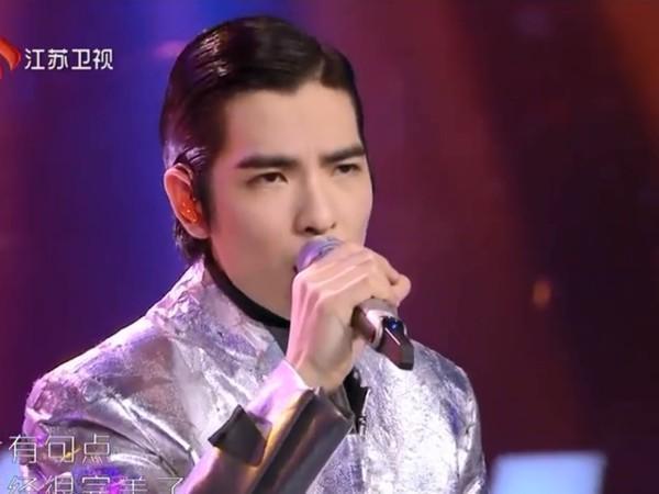 蕭敬騰日前上中國綜藝節目《蒙面唱將猜猜猜》,卻被好友青峰拆台,讓他氣到摘面具演唱。(翻攝Youtube)