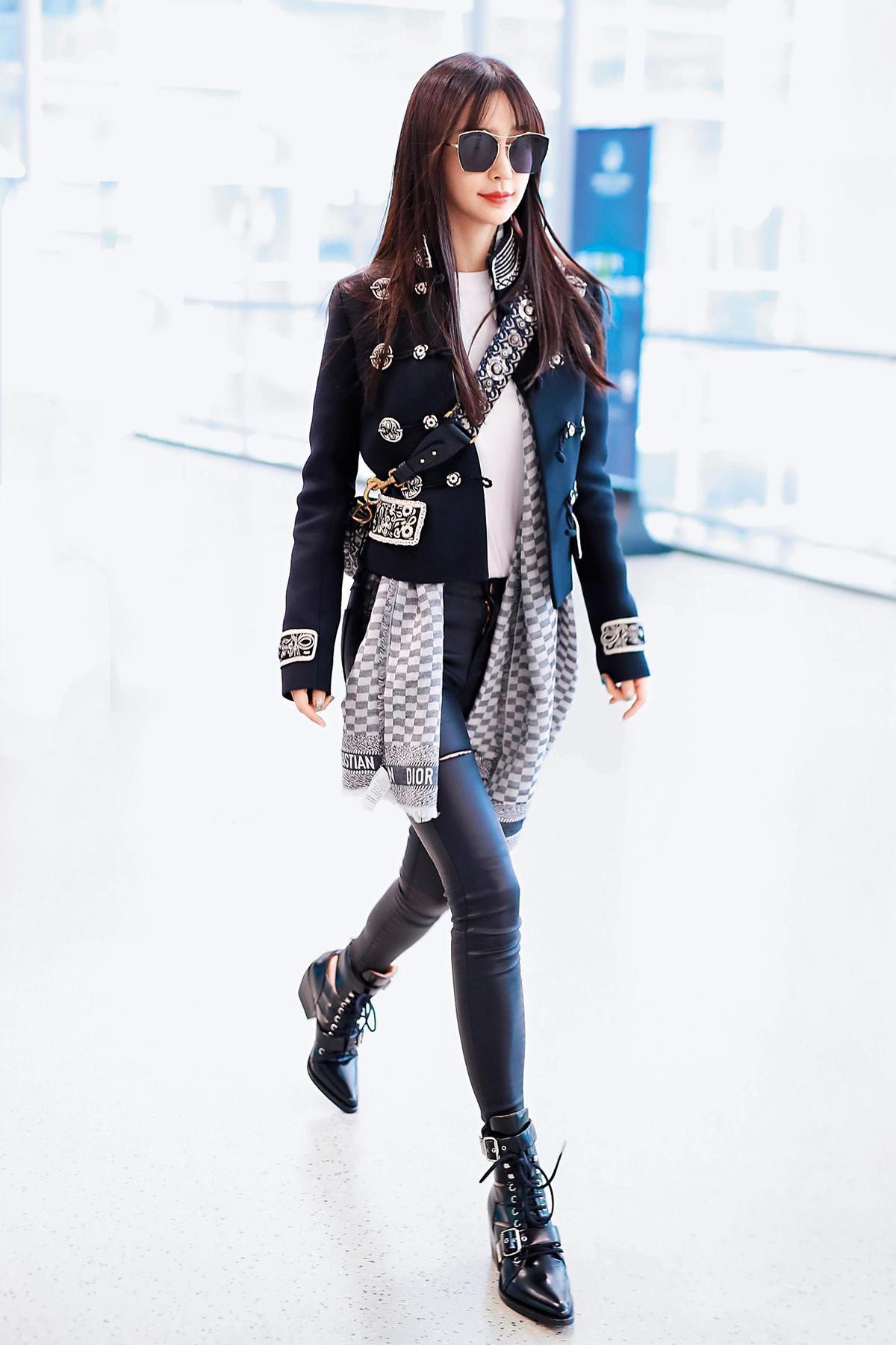 穿著Dior黑色短版外套、貼身皮褲搭配Chloé短靴的Angelababy,看來清爽俐落又帥氣,飄逸的長髮、金屬框墨鏡,在柔美中英姿颯颯。(東方IC)