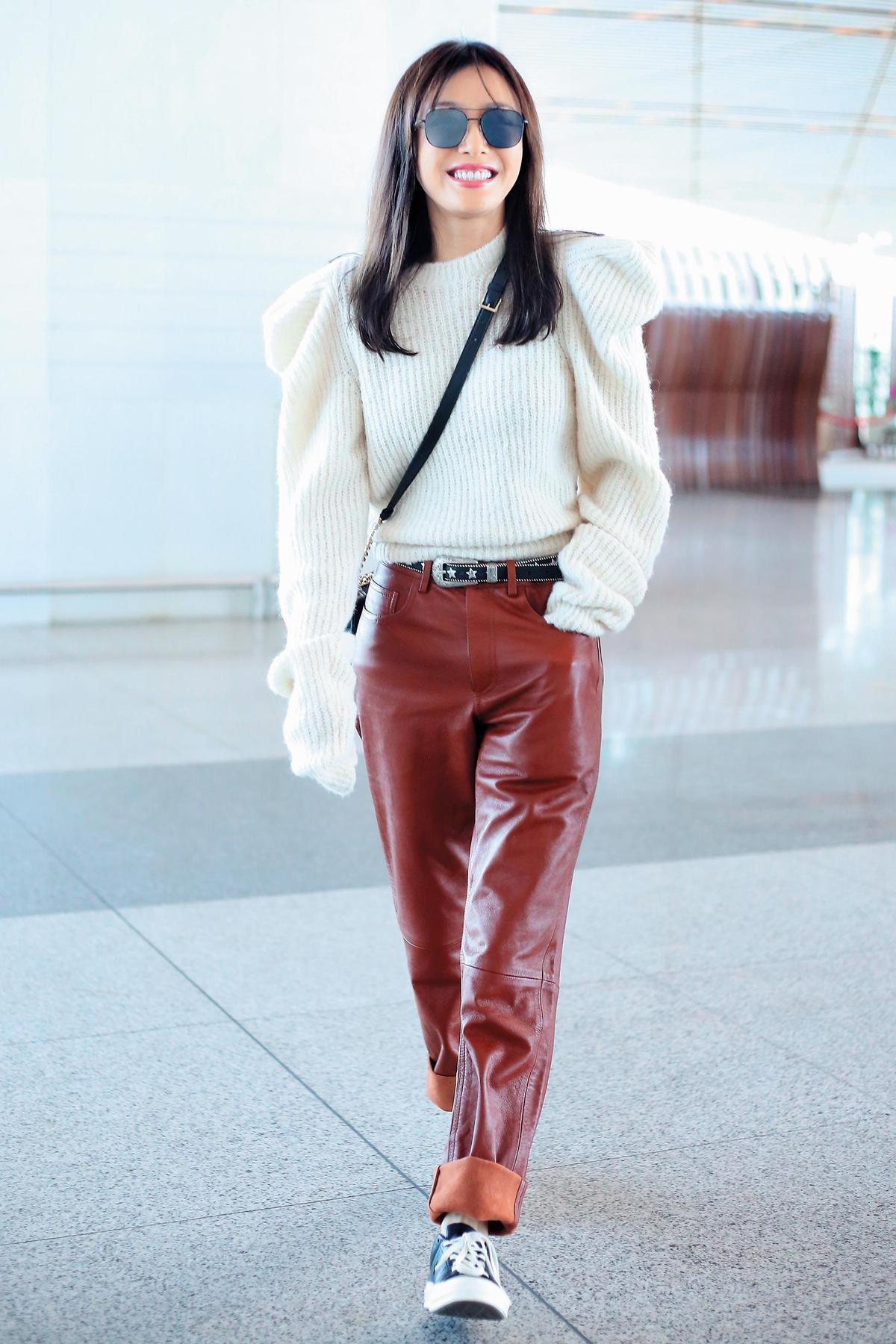 近來超火紅的富察皇后秦嵐,現身機場時,穿著泡泡袖白色毛衣與咖啡紅皮長褲,不但褲管反摺、還搭配球鞋,以一種輕鬆舒適的態度演繹皮褲新篇章。(東方IC)