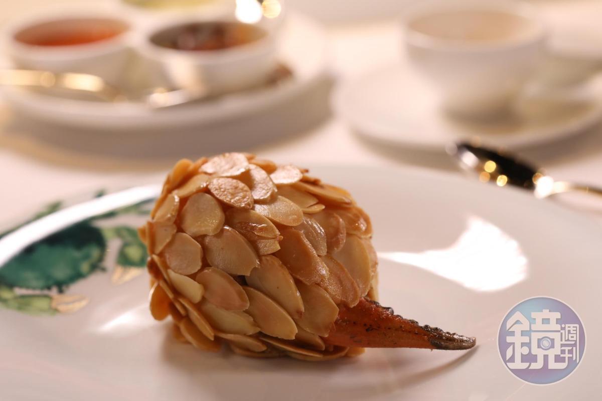 呼應龍麟設計的「杏仁鮮拆蟹鉗」,用蟹黃、蝦泥包裹來自菲律賓的碩大蟹鉗,覆以杏仁片,沾點金桔醬吃,滋味更平衡。