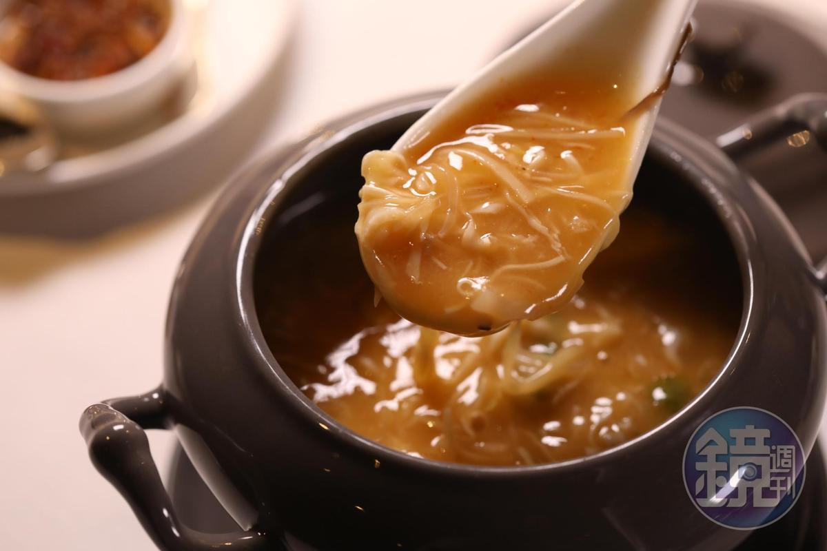 秋日夜涼,今晚上的「湯」是「酸辣金香魚肚羹」,堪稱高級版酸辣湯。