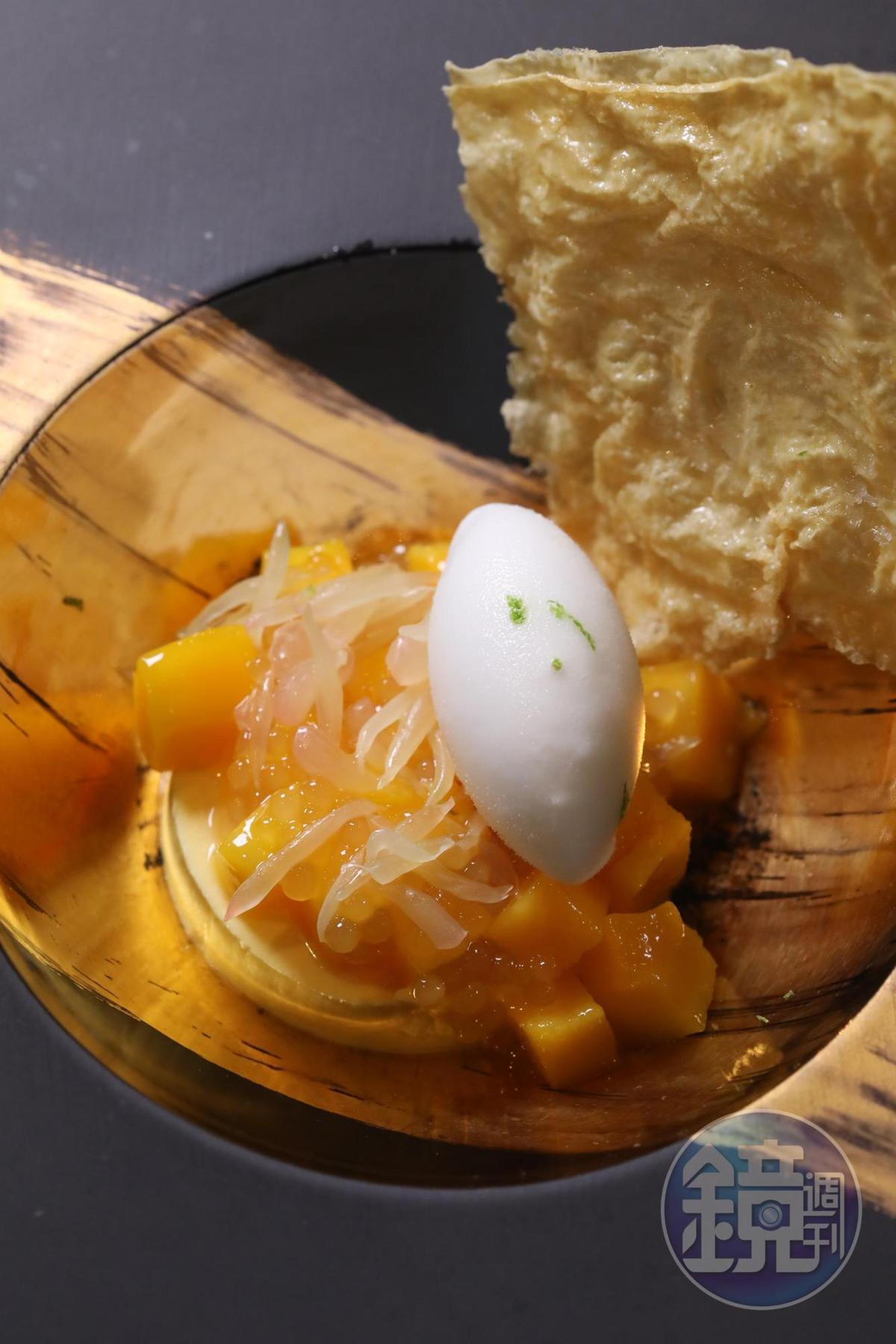 甜點是向楊枝甘露致敬的「香芒腐皮酥配椰汁雪酪」。