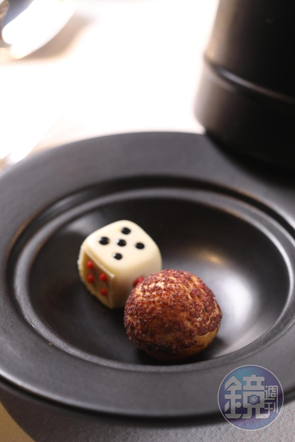 很有賭場趣味的「花式小蛋糕」,裝在骰盅裡,西式泡芙裡面有枸杞與斑蘭葉。
