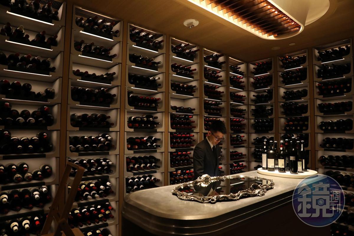 澳門杜卡斯餐廳的今日酒窖收藏超過1,200種以上珍貴酒款,其中一位侍酒師李原安來自台灣。