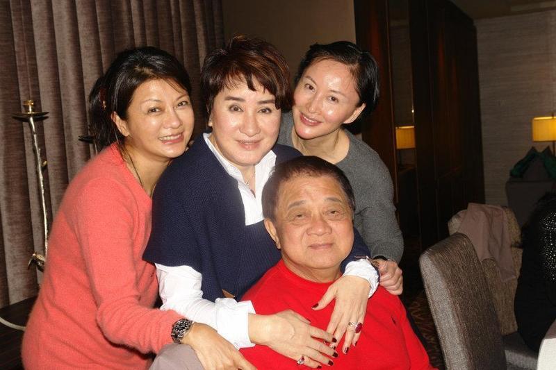 洪文棟過生日時,楊麗花(上中)曾帶著葛蕾和于莉一同為他慶生。(翻攝咸台永臉書)