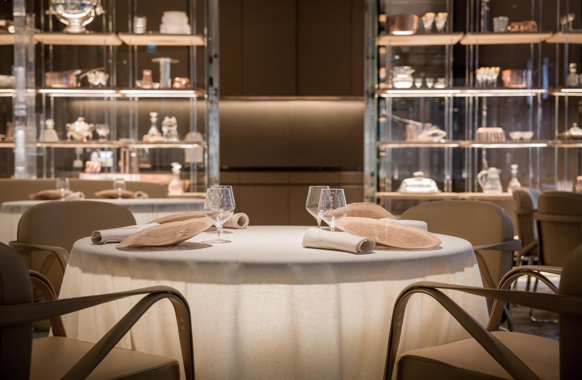 餐桌上的裝飾盤是工藝大師Pascal Oudet以法國橡木樹樁製作的網狀木紋盤。(摩珀斯提供,MOOD_ADAM©pmonetta)