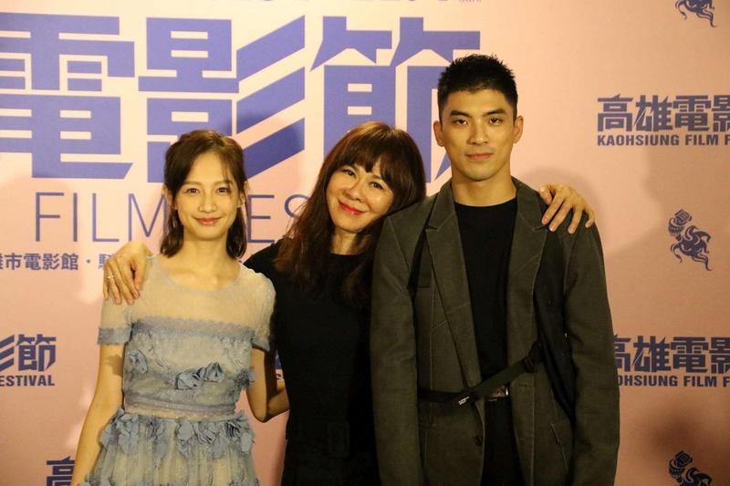 作家陳玉慧(中)首度執導電影《愛上卡夫卡》,與男女主角林哲熹、簡嫚書現身南台灣。(高雄電影節提供)