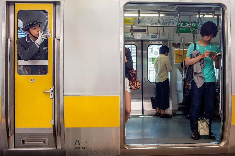 社交能力的退化,恐怕是資訊社會所帶來的不良效應。根據調查指出,依賴電子媒介的日本年輕世代,對於他人視線的抗壓性普遍低落。(東方IC)