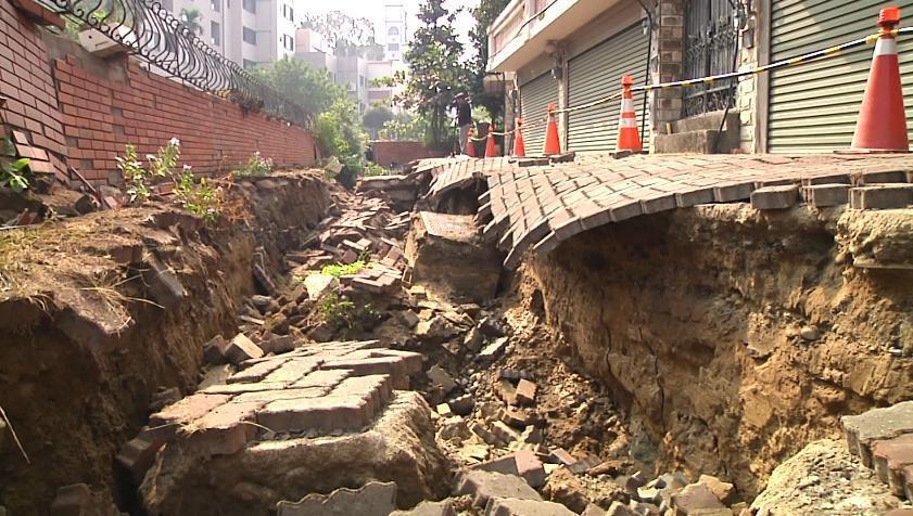 住戶一覺醒來發現門前路沒了,像是地震過後一般,車子開不出門,只能受困其中。(翻攝網路)