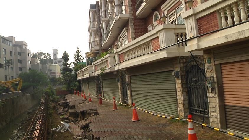 嘉義新生路旁這處集合式透天厝上午驚傳路面塌陷,差不到兩米就危及民宅。(翻攝網路)