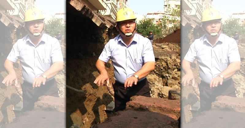 施工單位認為應該是挖破自來水管,大量水掏空地基 導致路面塌陷。(翻攝網路)