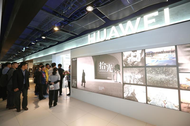 大陸手機品牌華為在台擴增服務據點、拚市占率,在台北三創設立第一間品牌服務中心。