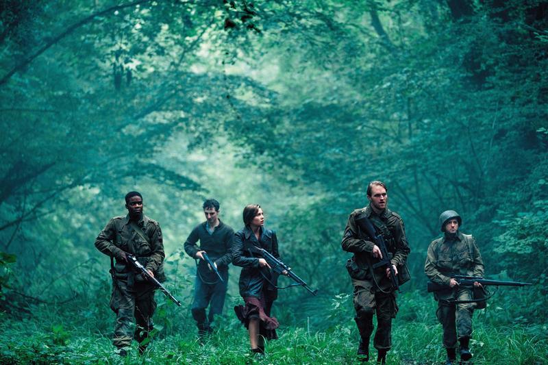 懷特羅素(右二)和同伴進行敵後任務,在遇見法國女孩後,變成命運共同體,得在活屍和二戰的攻擊下,攜手共度難關。(UIP提供)