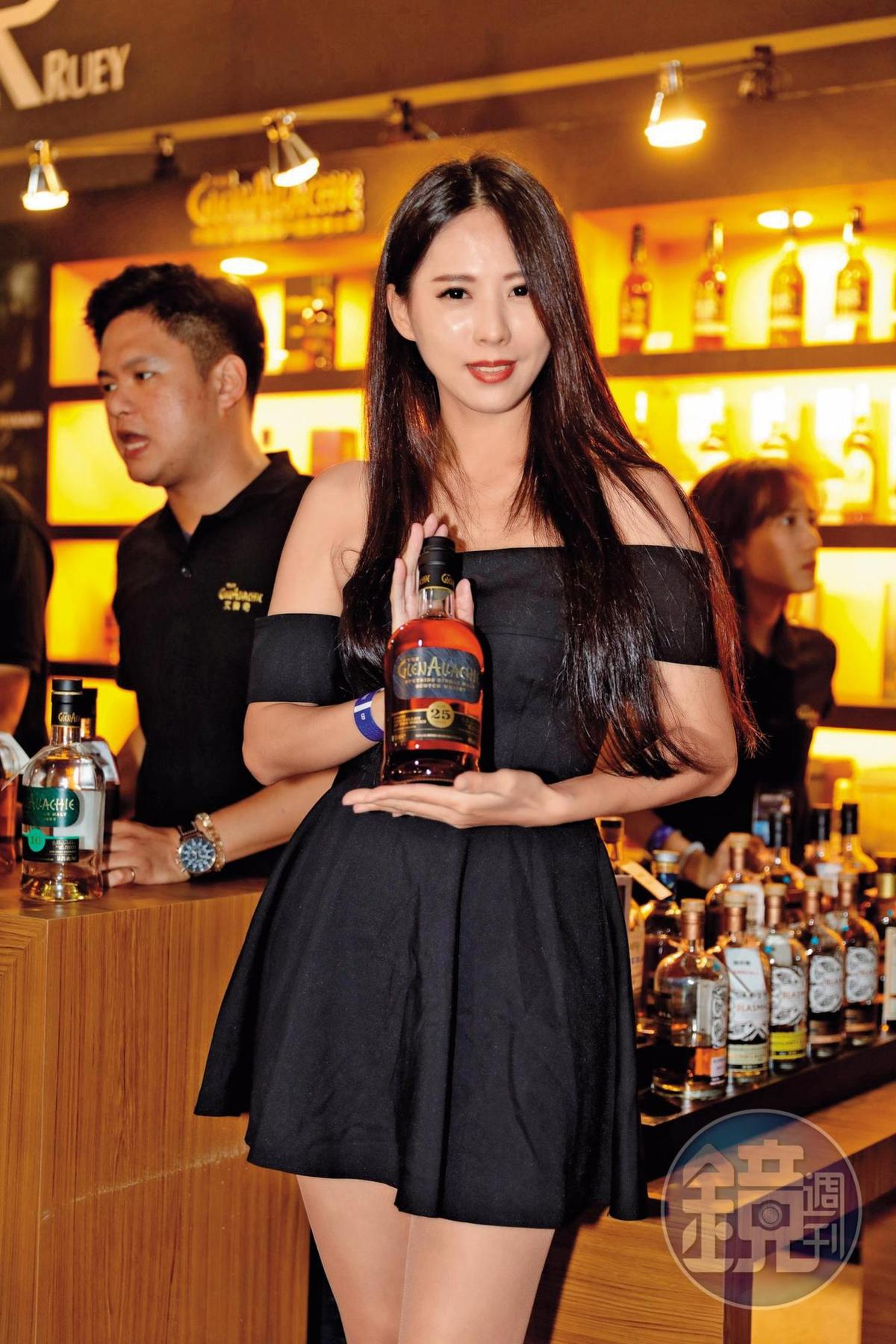 常瑞攤位的美女拿著他們最新代理引進的格蘭艾樂奇單一麥芽威士忌25年,是叫好又叫座的商品。