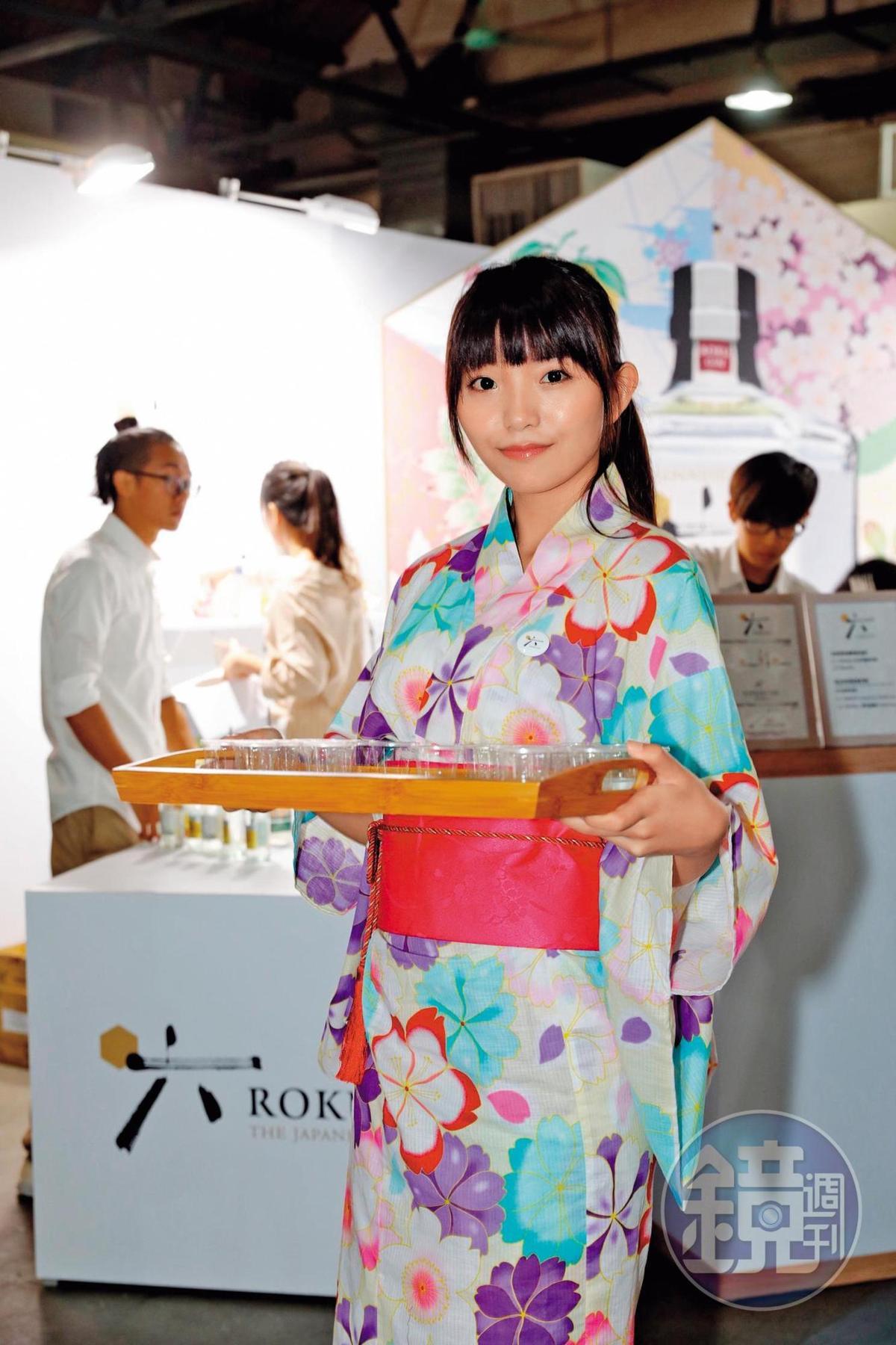如花似玉般的琴酒「六」現場,除了名家調酒,還由穿和服的櫻花妹服務,也是超吸睛。