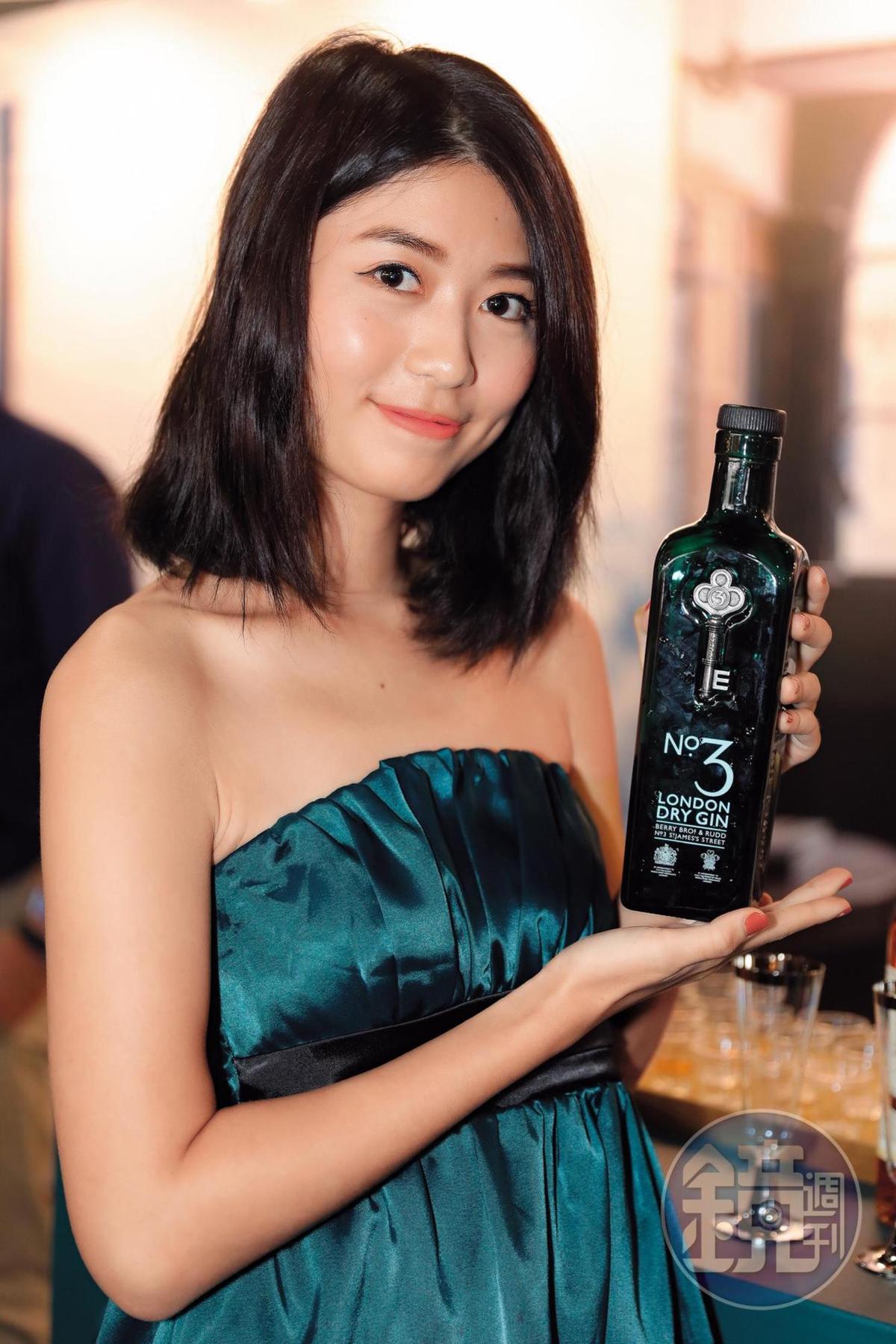 翊兒Yier穿著跟倫敦三號琴酒瓶身一樣顏色的低胸小禮服,從她含蓄笑容中,你看得出Kingsman特別版的倫敦三號琴酒都被Bartender買光了嗎?
