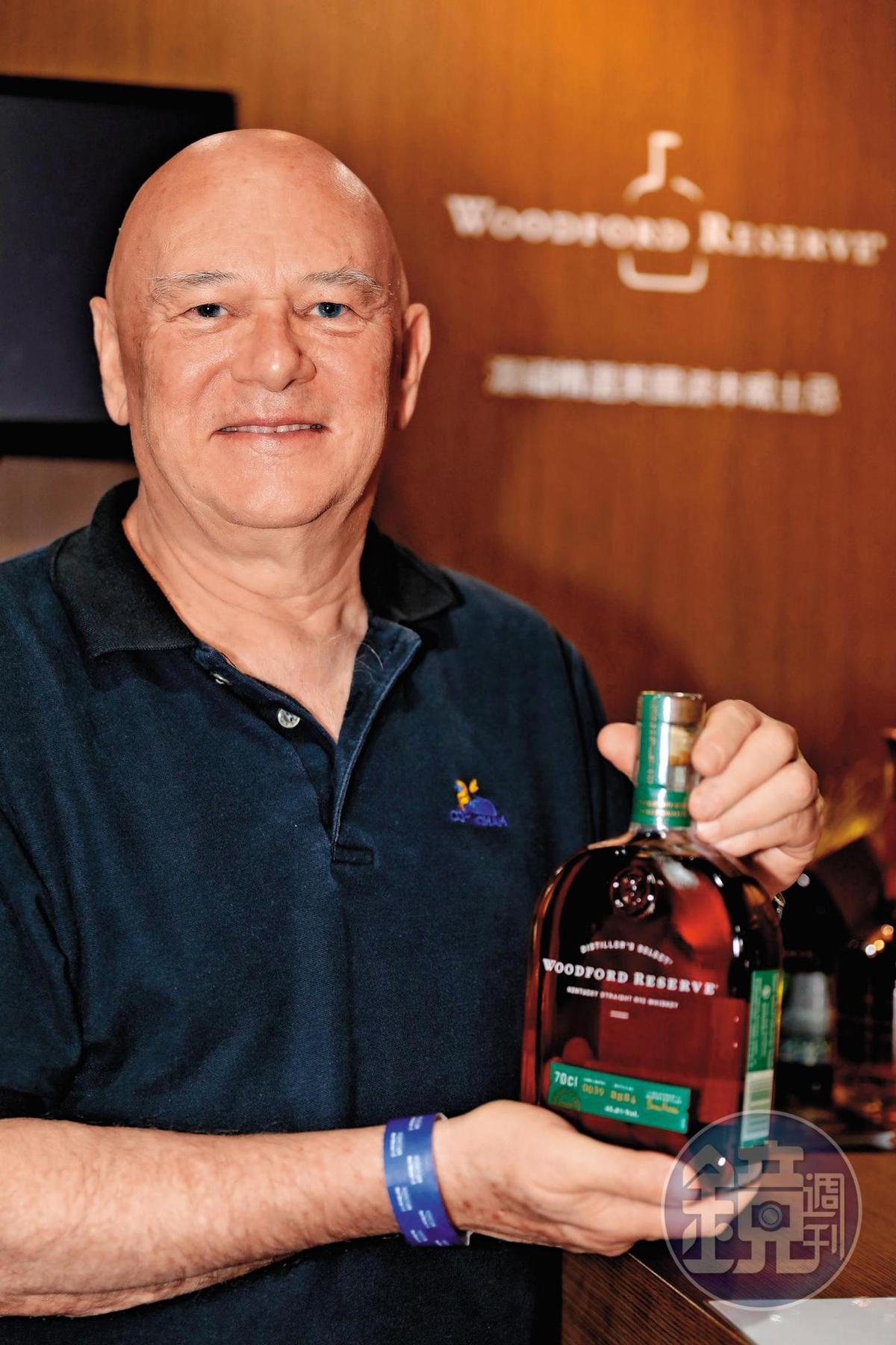 這位應該是台灣酒界最出名、最資深的老外,廷漢的老闆柯廷漢,他手上拿著代理的Woodford波本威士忌,道格拉斯梁、Gordon & Macphail也是他代理。