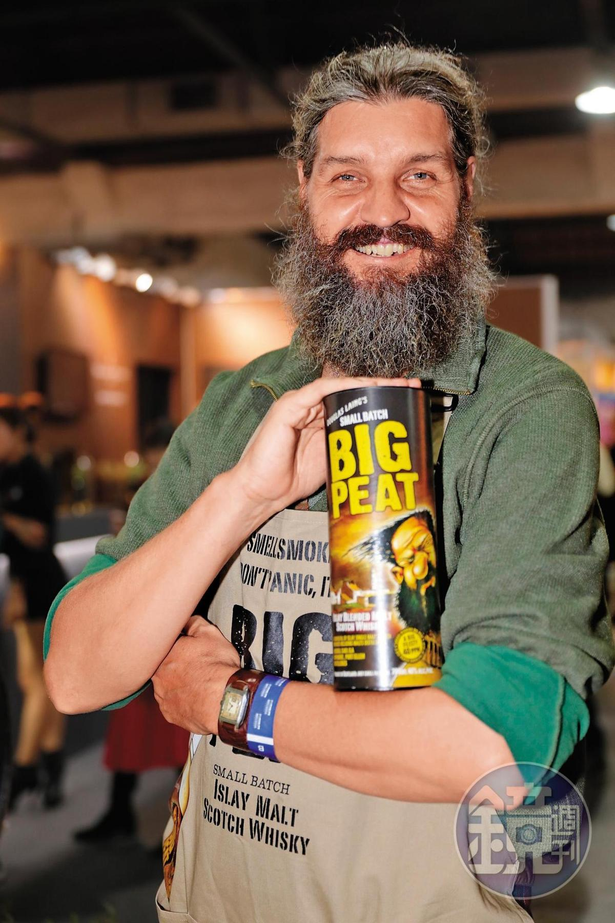 住在台灣的Mark Andrew Goding,被找來擔任道格拉斯梁旗下「泥煤哥Big peat」的代言人,是不是跟酒瓶上的漫畫人物有幾分神似。