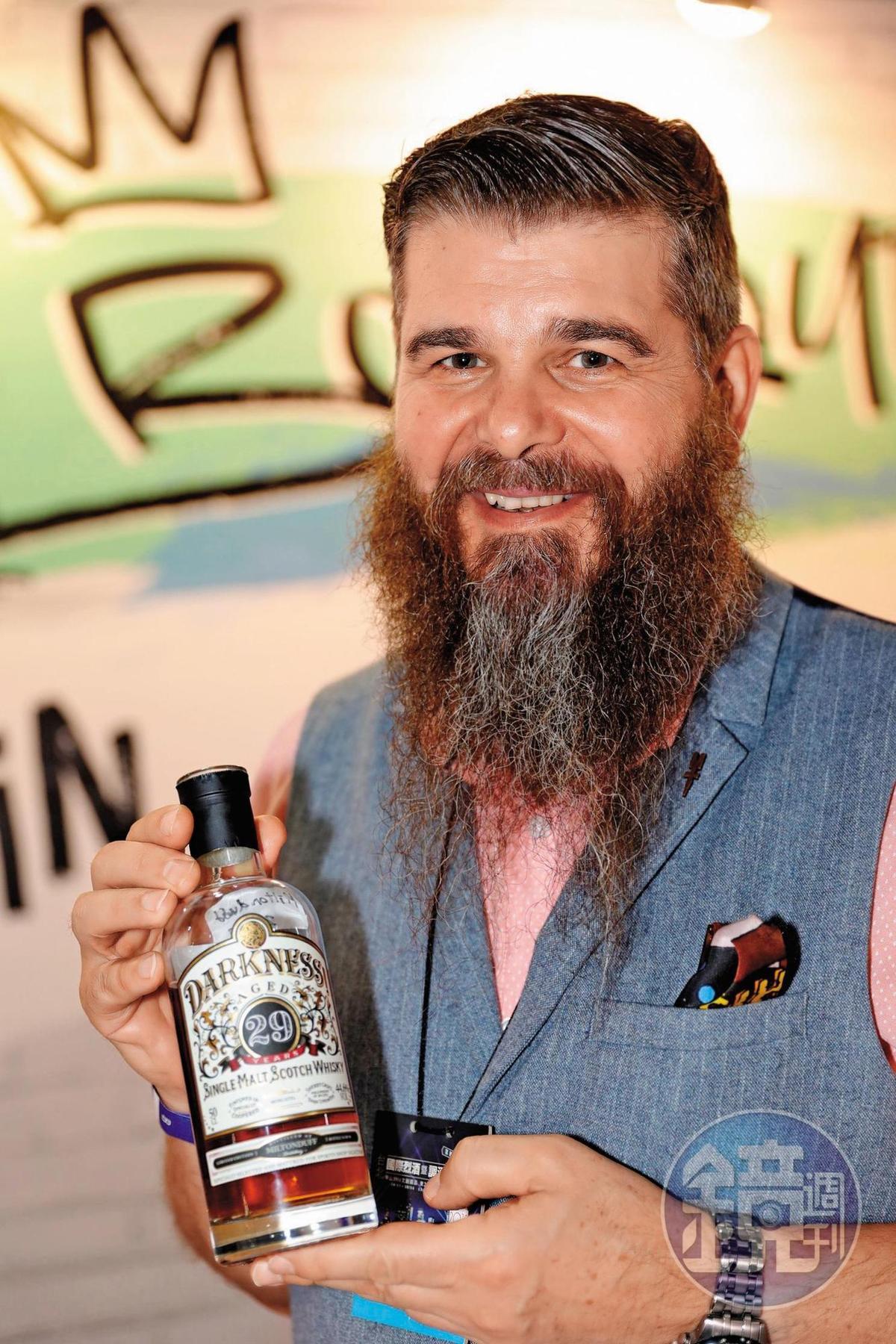 Boutique Y的品牌大使Dave Worthington,負責該公司威士忌品牌訓練,他過去一直在亞洲擔任工程師,也曾在泰國7年。手拿Darkness 29年單麥威。