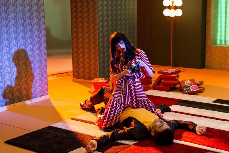 鍾楚曦與李榮浩在MV中有許多互動,如鍾楚曦坐在李榮浩身上,拍攝他的模樣。(華納唱片提供)
