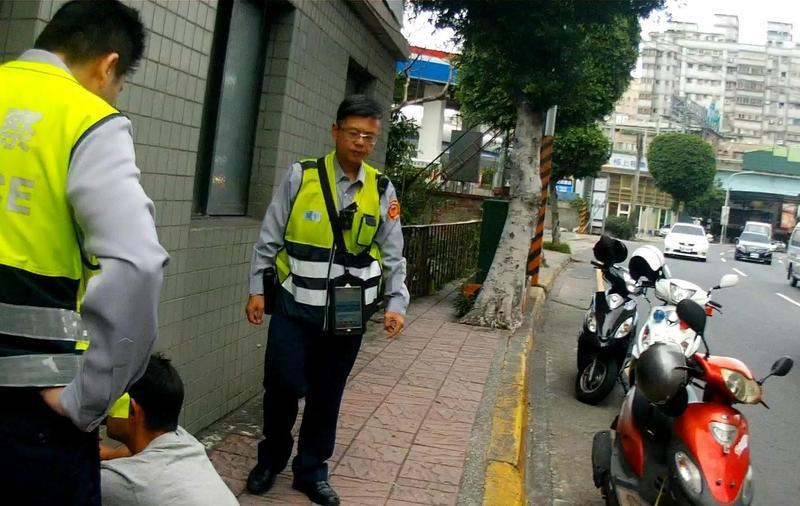 林姓男子騎乘機車違規紅燈右轉且行跡可疑,經攔停盤查後,發現他騎的機車為贓車。(翻攝畫面)