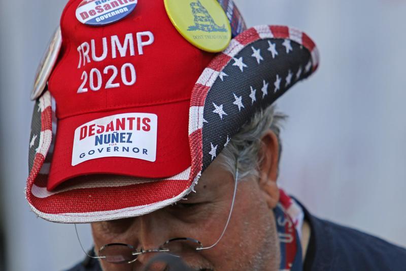 美國期中選舉,直持佛州共和黨州長候選人的選民頭戴「川普2020」的帽子。這次選舉也是川普是否連任的重要指標。(東方IC)