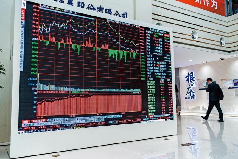 貿易戰開打,大陸上證指數跌很大,縱使知道現在是相對低點,市場擔心情緒依舊。(東方IC)