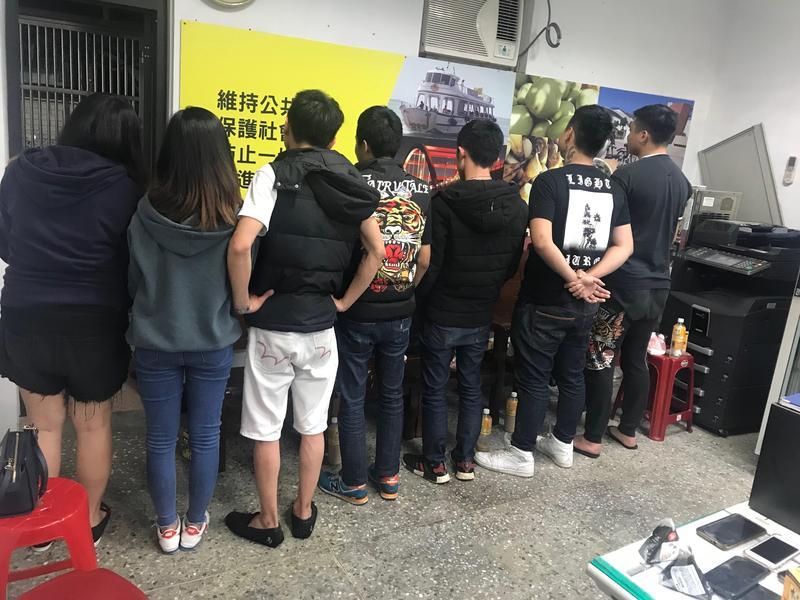 警方在現場逮捕10名滋事人士,依社維法送辦。(翻攝畫面)