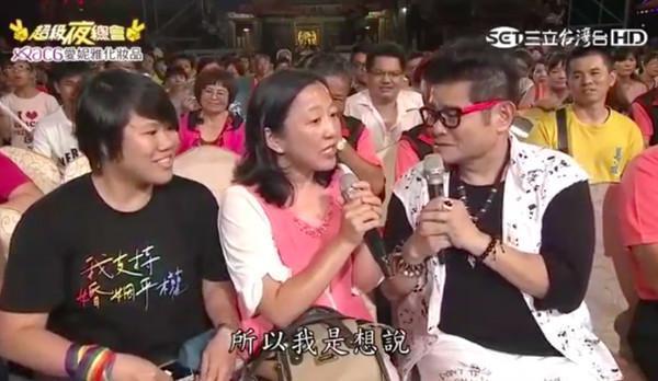 一位賴姓媽媽向主持人許效舜點了一首《炮仔聲》給女兒,並說希望女兒可以在台灣和她的女朋友舉行婚禮。(翻攝Youtube)