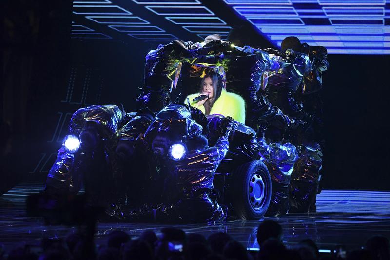 海莉史坦菲德(中)與舞群在MTV歐洲音樂大獎,開場表演〈Back to Life〉。(東方IC提供)