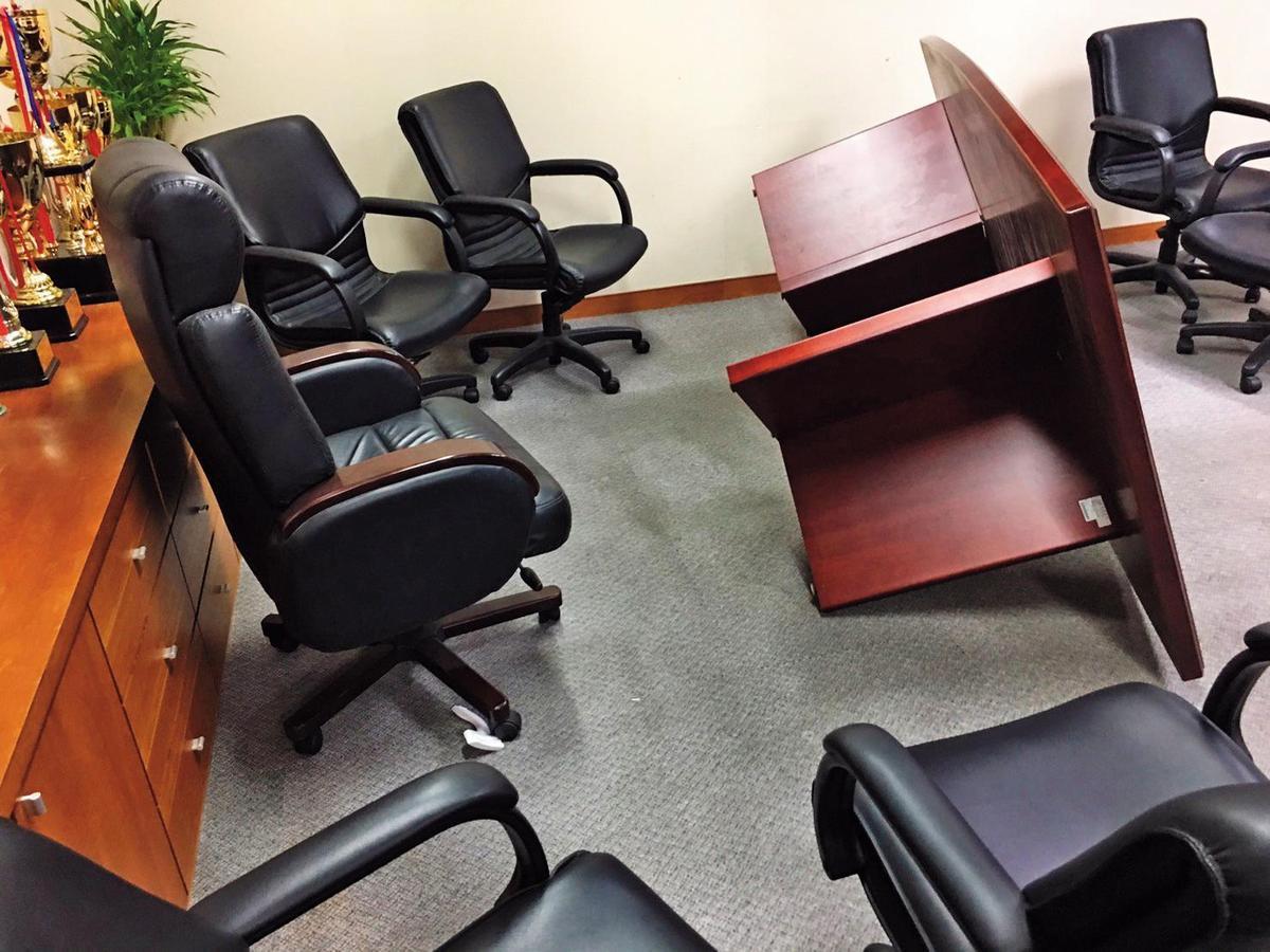 前進修推廣處教學中心林主任為學生權益,與學校協商失敗,不滿學校態度冷漠,拿鐵椅怒砸校長室。