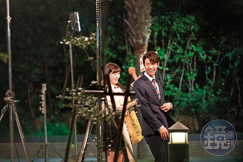 10月29日20:48,在導演馮凱喊卡後,郭雪芙與劉以豪退到一旁打情罵俏,笑意盈盈互動,感情看起來很好。