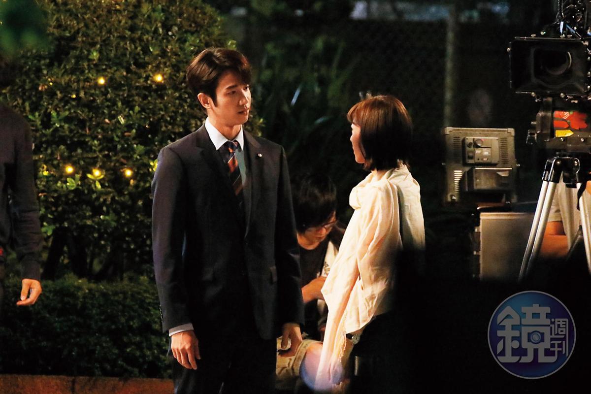 10月29日19:27,當天劉以豪拍攝英雄救美郭雪芙的戲碼,從現場狀況看,這2個人在戲裡的角色應該是不打不相識。