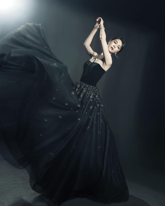 謝盈萱不愧號稱「劇場女神」,她在《誰先愛上他的》演的雖然是歐巴桑,穿起禮服拍起沙龍照依然氣場十足。(金馬執委會提供)