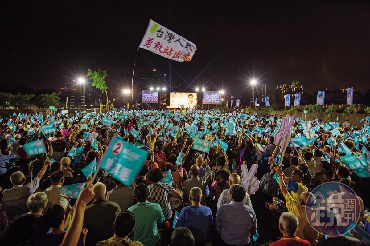高雄市長選戰打成五五波,陳其邁陣營在選前狂辦造勢活動,盼催出支持者熱情。