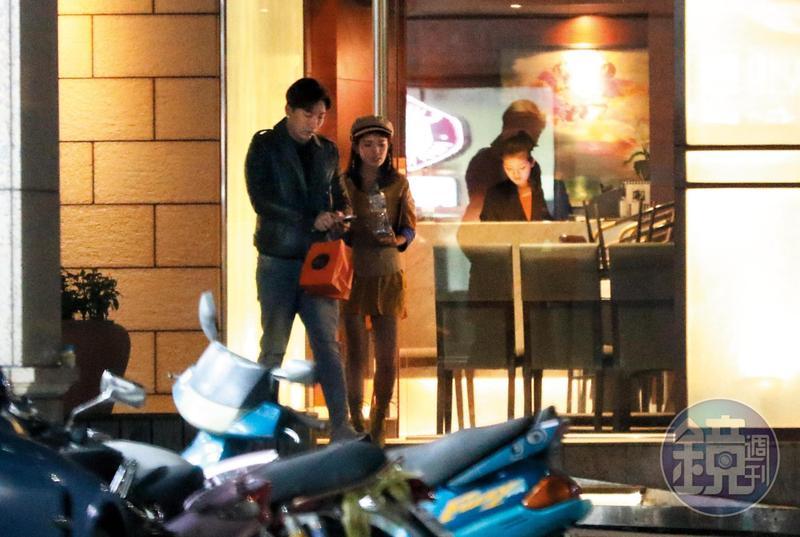 10/19 02:01 之前跟張東晴忘情喇舌的富少吳亞璟,結果單獨約會女鮪魚,兩人吃涮涮鍋吃得很爽之後離開。