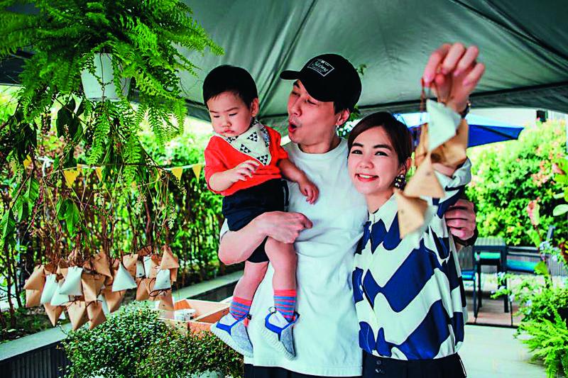 Ella(右)與賴斯翔(中)育有一子勁寶,勁寶週歲時還特別為兒子舉辦抓週派對。(翻攝自賴解孵臉書)