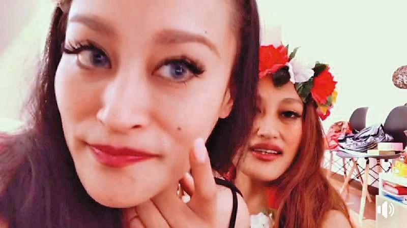 紀曉君(左)與妹妹家家(右)開臉書直播,兩人卻因玩得太過火,被質疑是吃減肥藥吃到鏘掉。(翻攝自家家臉書)