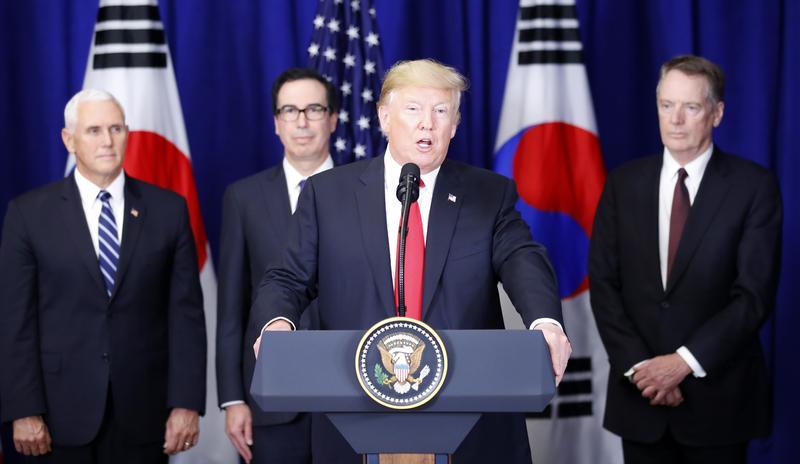 美國總統川普日前推出一支競選廣告,被認為有種族歧視意味,被各新聞台以及臉書宣布停播。(東方IC )