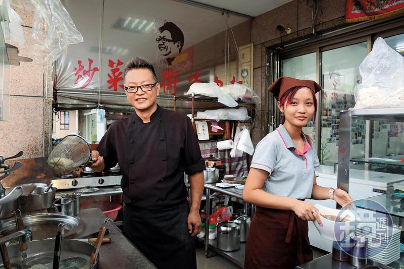歷經事業重挫、婚變,炒菜大衛牛肉麵老闆余建德(左)靠廚藝從低谷再站起來,也獨力撫養女兒(右)。