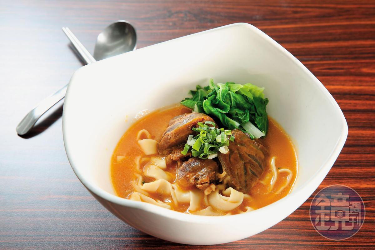 喜歡喝南瓜濃湯的余建德研發南瓜牛肉麵,滋味濃醇清甜,也較不油膩。(140元/碗)