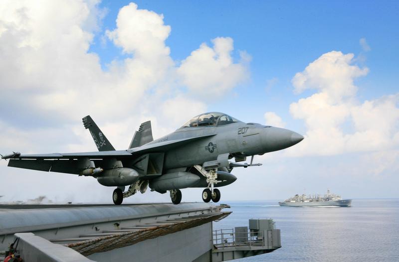 群創的車用顯示器佔了營收比重達1/4,就連美國的F18和F35戰鬥機上的顯示器都採用群創面板,圖為F18戰機。(東方IC)